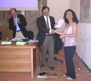 Da sx il Dott Giuseppe Pennino, il Dott. Nino Paparella mi da\' il premio, Io.
